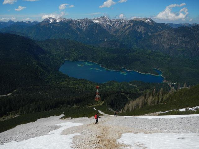 Auf dem Abstieg durch Geröll und Schnee zur Neuneralm.