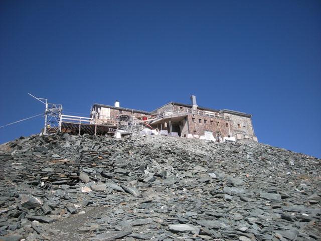 Die Erzherzog-Johann-Hütte liegt auf der Adlersruhe und ist die höchstgelegene Schutzhütte Österreichs (3454m).