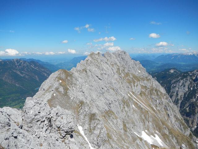 Von der Südlichen Riffelspitze erkennt man das Gipfelkreuz auf dem Großen Waxenstein.