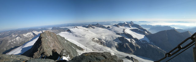 Das wohl höchste Panorama Österreichs. Diese Aussicht erwartet den Bergsteiger am Gipfelkreuz des Großglockners.