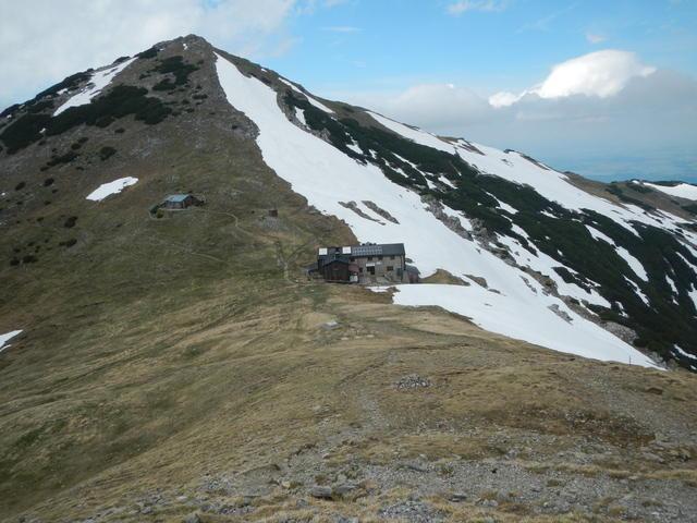 Die Weilheimer Hütte liegt auf 1955m in einer Senke zwischen Krottenkopf und Oberen Risskopf.