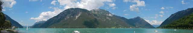 In Pertisau angekommen bietet sich der Achensee zum Kühlen der Füße an.