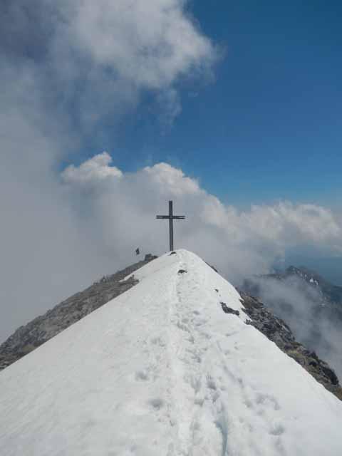 Der schneebedeckte Grat zum Gipfelkreuz auf dem Sonnjoch (2457m).