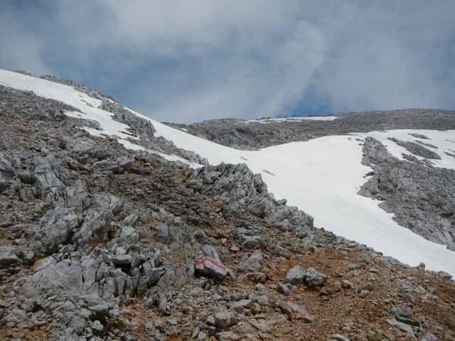 Restschneefelder kurz unterhalb vom Gipfelkreuz auf dem Großen Hundstod.