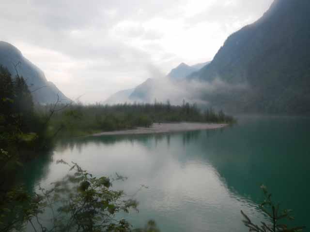 Ein verregneter Blick auf den Königssee. Sogar die Kamera hat etwas abbekommen.